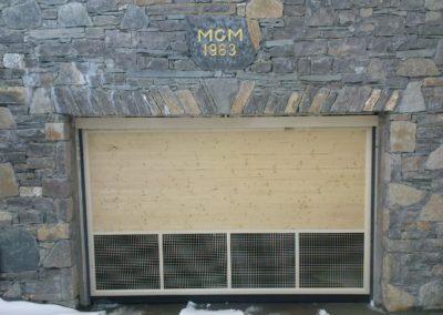 Remplissage en bois sur une portes automatiques collectives avec décoration bois